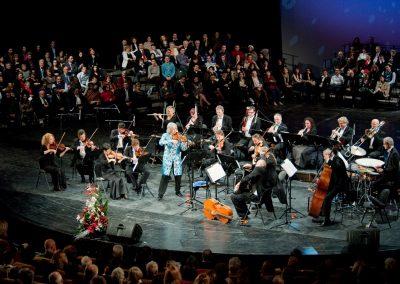 Russell (blauer Mantel) beim Konzert in Bucharest